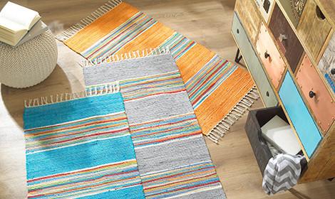 Hadrový koberec barevný komoda taburet bílý