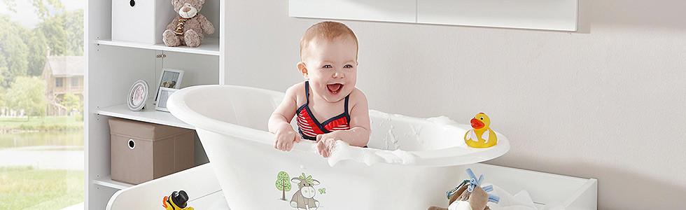 Baby in Badewanne
