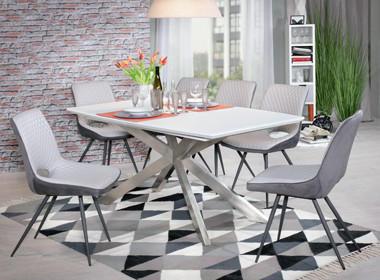 Jedilna miza s križnim podnožjem in oblazinjenimi belo sivimi stoli.