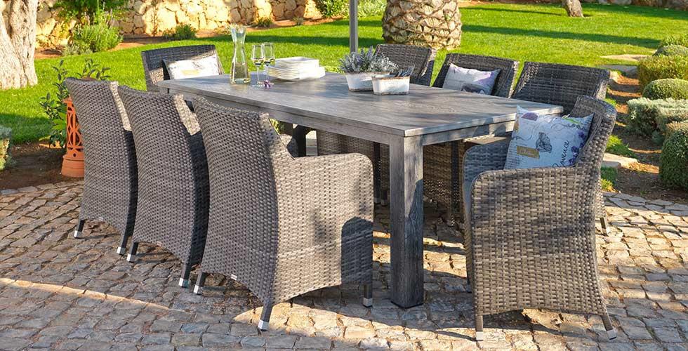 Holztisch mit Polyrattan-Stühlen