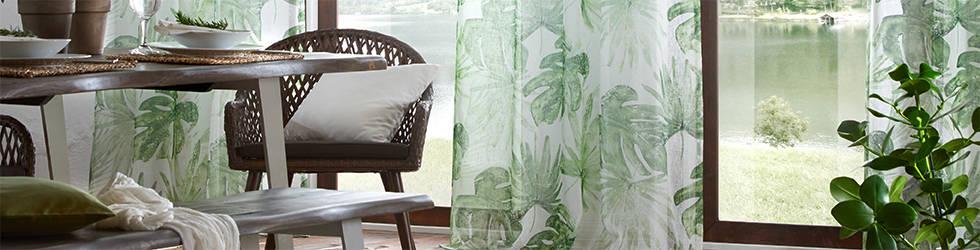 Dnevna soba uređena zavjesama bijele boje s motivom lišća