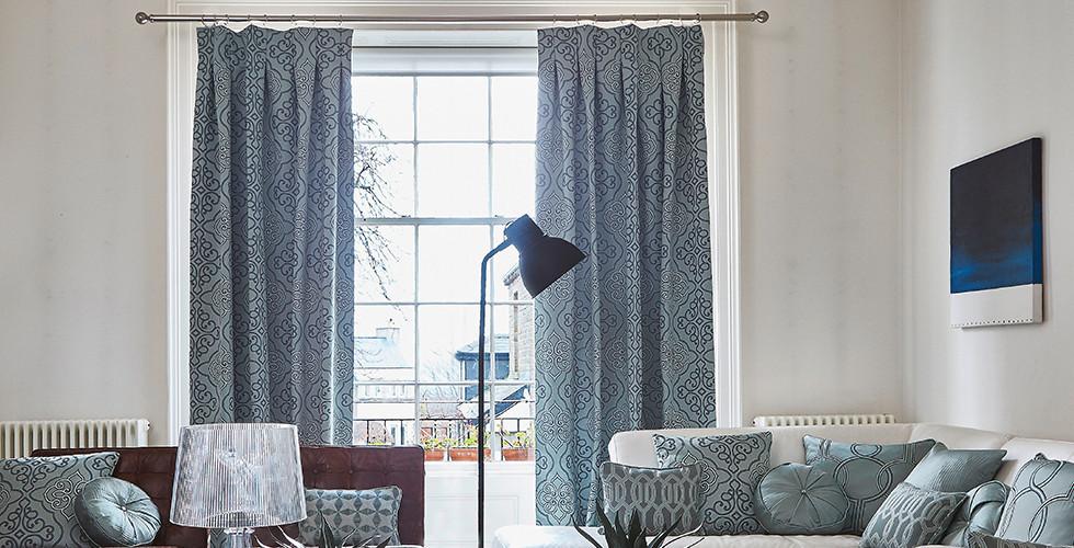 Modré záclony do obýváku