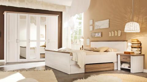 Bijela soba s ormarom klasičnih vrata i ogledalom