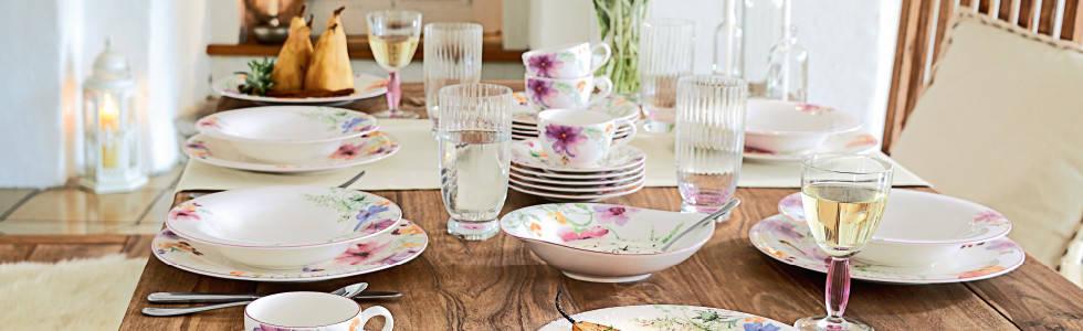 Romantično uređenje stola cvjetnim posuđem