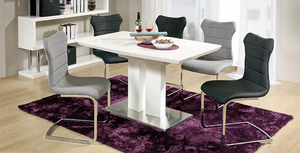 Bijeli blagovaonski stol sa sivim i crnim stolicama