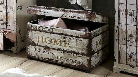 Drvena vintage škrinja s natpisima