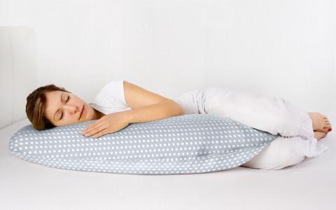 Mutter schläft auf Stillkissen
