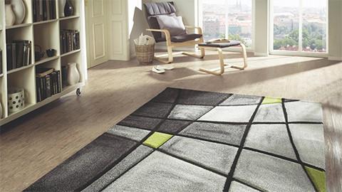 Tkaný koberec šedá zelená černá v obývacím pokoji