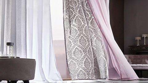 Vorhang montiert, rosa, weiß.