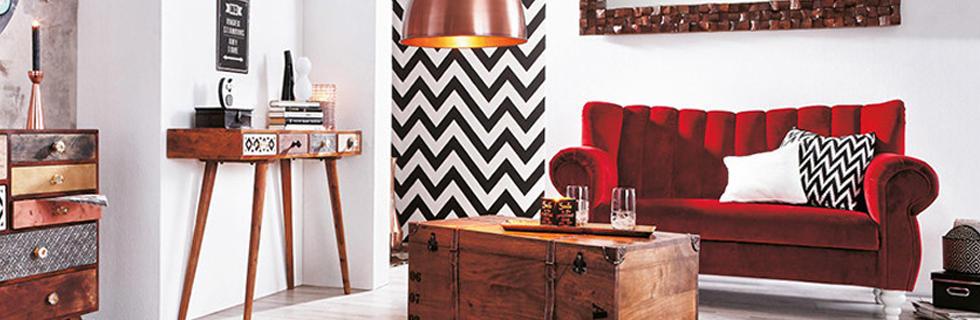 Dnevni prostor z rdečim naslonjalom, lesenim rustikalnim pohištvom