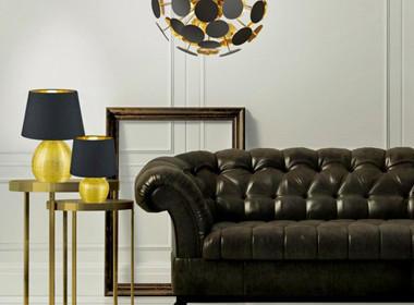 Razkošna sedežna garnitura z dodatkom namizne svetilke v zlati barvi