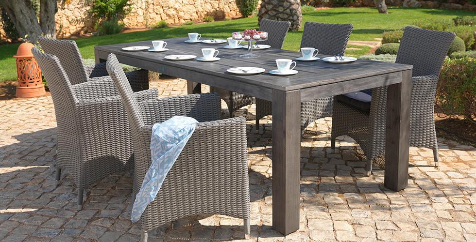 Dřevěný zahradní stůl, ratanové židle