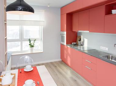Kuhinja v koralni barvi