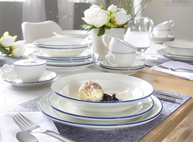 Bijeli porculanski servis za kavu s plavim rubom