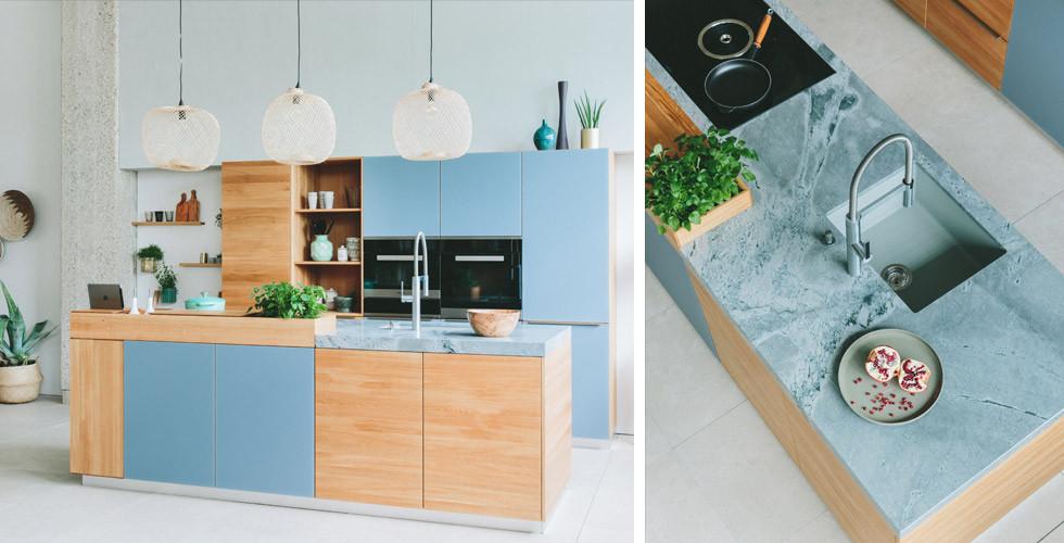 Holzküche mit blauer Arbeitsplatte