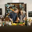 Mann und Frau kochen in einer Küche