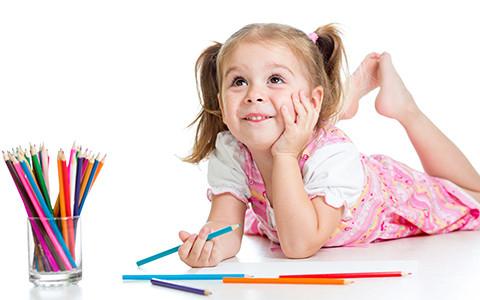 Mädchen mit bunten Stiften