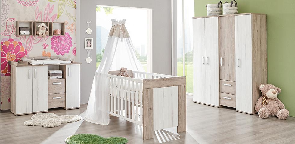 Babyzimmer in freundlichem weiß und eichefarben