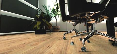 Laminátová podlaha vzhled dřeva kancelář