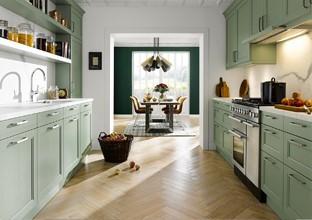 Zweizeilige Küchen parallel im Raum bei XXXLutz.