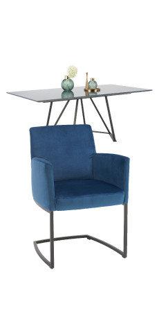 blauer Sessel und Esstisch