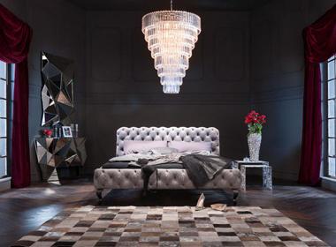 Razkošna spalnica z bogatim lestencem