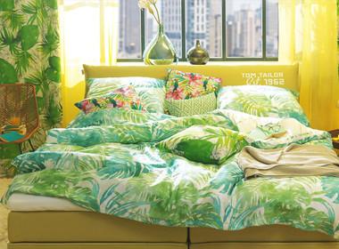 Bogata, razkošna posteljnina v prevladujoči zeleni barvi