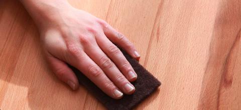 ruka houbička dřevo