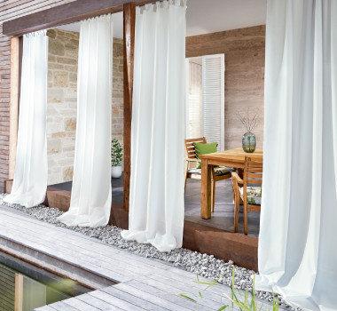 Terrasse mit weiße Vorhänge
