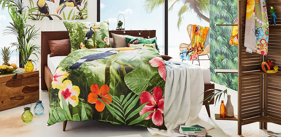 Bett und Bettwäsche mit tropischem Muster