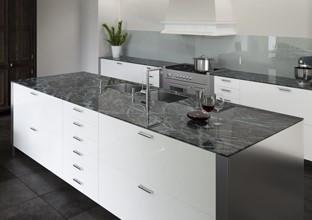 Glasarbeitsplatten in der Küche bei XXXLutz.