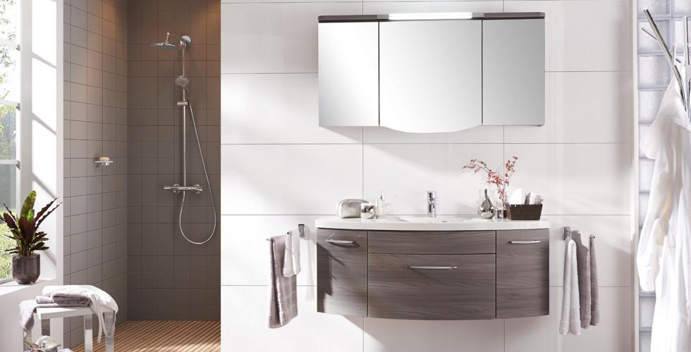 Moderne Badezimmer-Sets mit funktionalem Spiegelschrank und praktischem Waschbeckenunterschrank finden Sie bei XXXLutz.