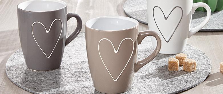 Tassen in weiß und braun mit Herzen