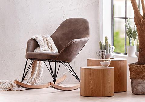 Schaukelstuhl in braun mit Beistelltischen aus Holz