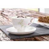 Bijela šalica za kavu s cvjetnim uzorkom