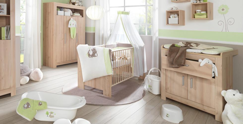 Gitterbett, passender Wickeltisch und Babyzubehör bei XXXLutz.