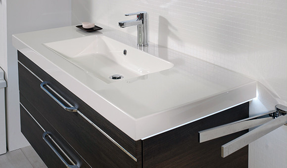 Waschbecken im graphitfarbenen cleanen Look