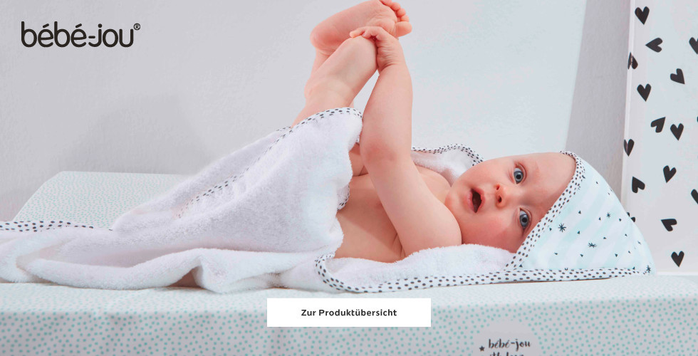 Baby im Bebe Jou Badeponcho auf Wickelunterlage
