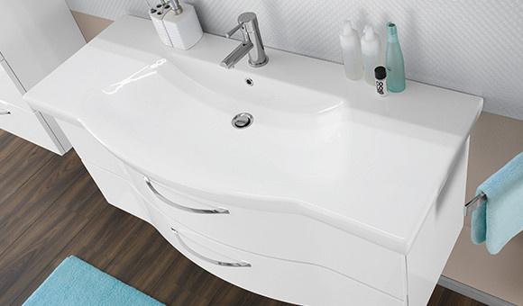 Waschbecken im cleanen Wellness Chic Look in weiß