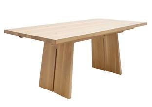 Jídelní stůl ze dřeva s rozkládací funkcí.