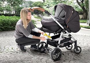 Kinderwagen mit großen Hinterrädern und kleinen Vorderrädern