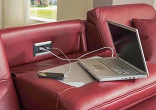 Sedačka s USB a zásuvkami od XXXLutz.