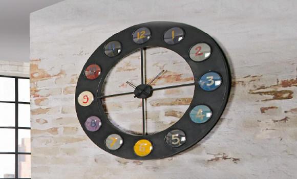 Lakirani metalni sat analognog pogona