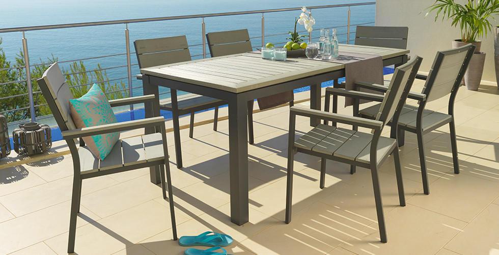 Holzstühle mit Gartentisch, Grau
