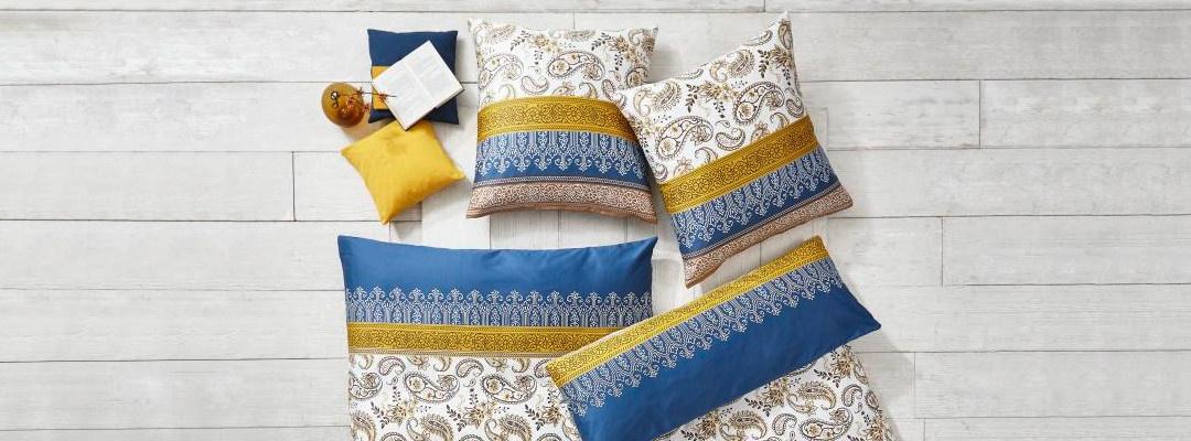 Bettwäsche mit Muster auf Holzboden