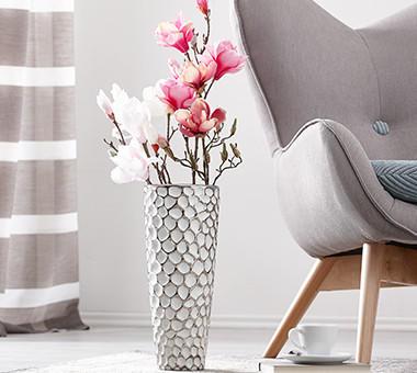 gemütlicher Sessel mit Blumenvase