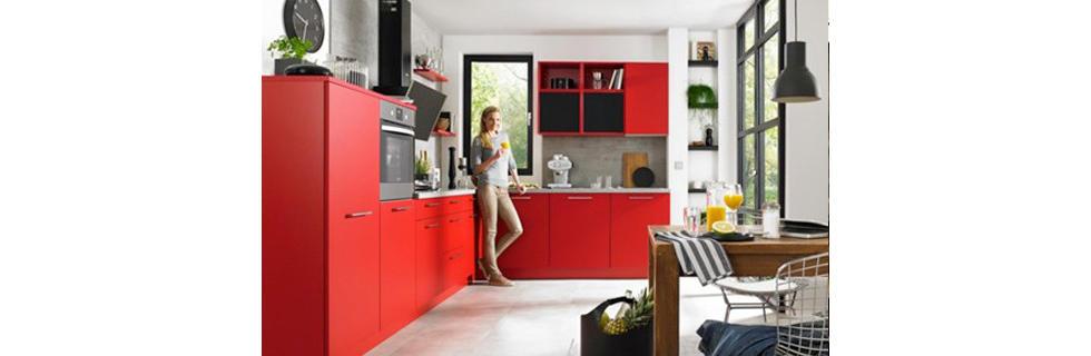 Moderna rdeča kuhinja