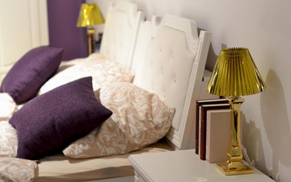 Dekorativne blazine v vijolični barvi, z dodatkom svetilke na omarici