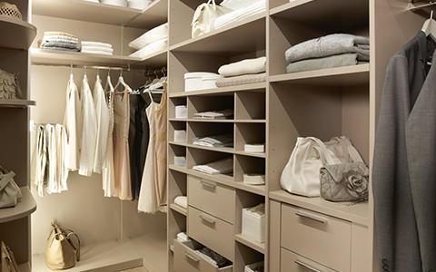 Innenraum begehbarer Kleiderschrank