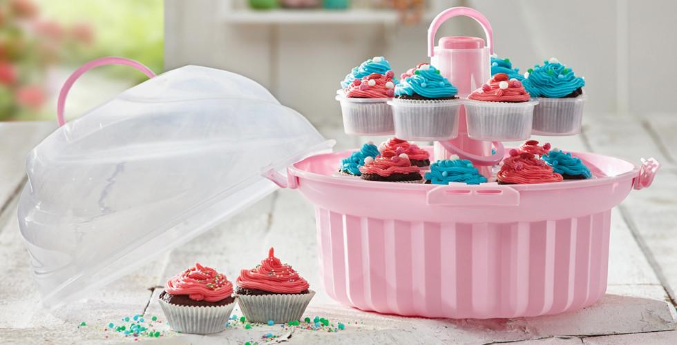 Mit dem praktischen Cupcake-Ständer von XXXLutz lassen sich die süßen Leckereien überallhin mitnehmen (HOMEWARE).